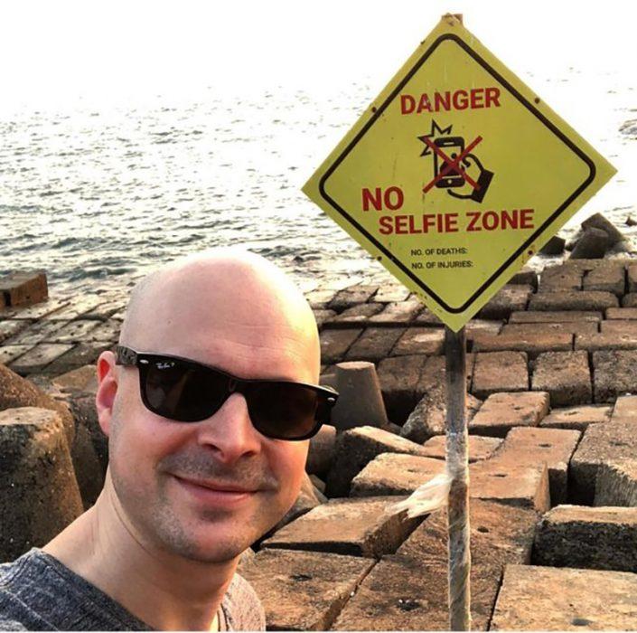 hombre se toma foto en una zona prohibida
