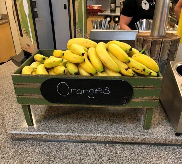 plátanos en cesta de naranjas