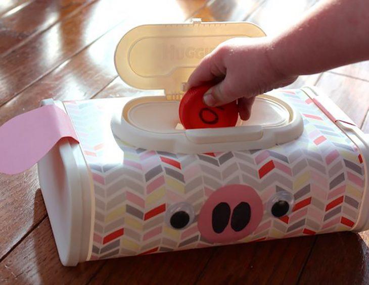 cajita de toallitas como almacén de juguetes