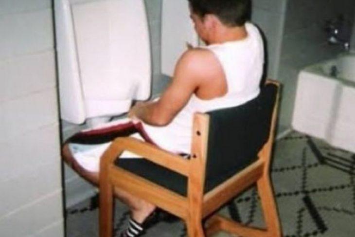 hombre orinando en silla