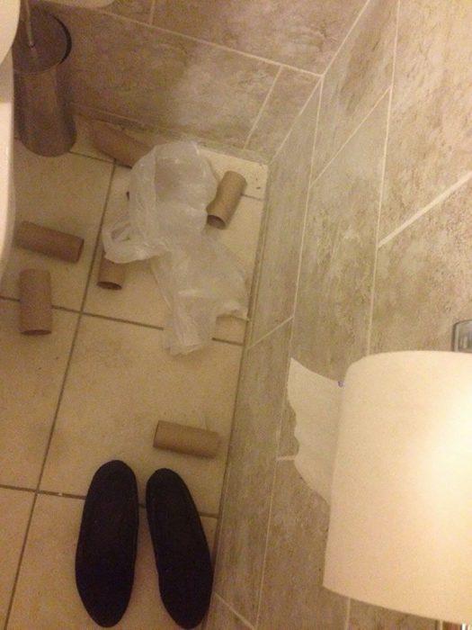 baño lleno de tubos de cartón
