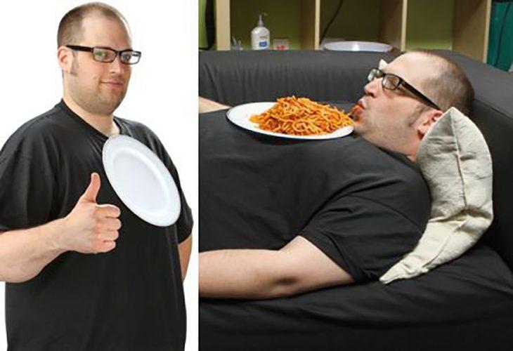 hombre comiendo acostado
