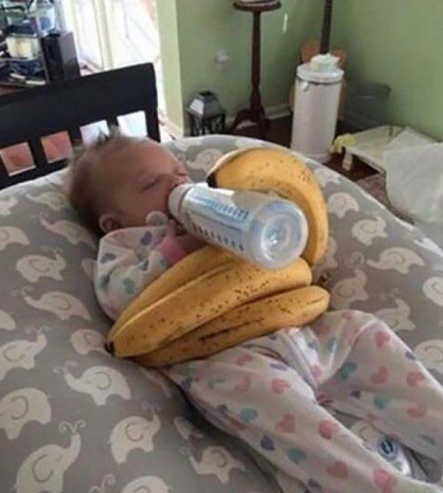 biberón sostenido por plátanos