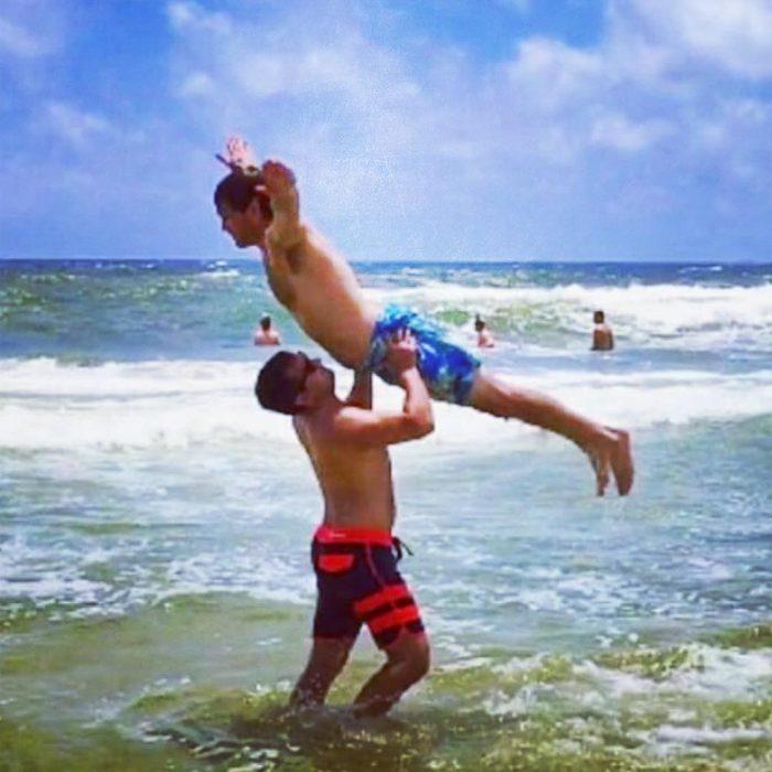 dos hombres posando en la playa