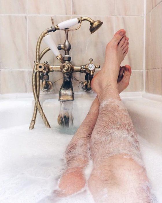 piernas peludas en jacuzzi