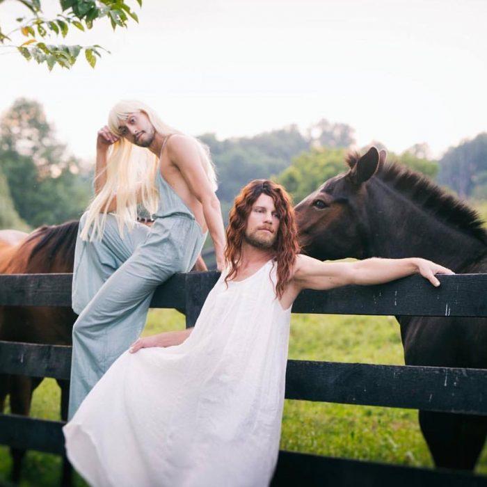 dos hombres con peluca y caballos