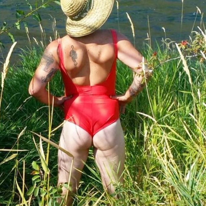 hombre en bodysuit