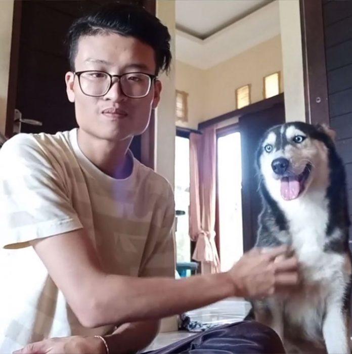 asiático y perrita