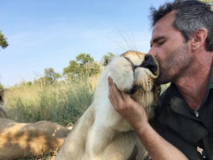 kevin besando a una leona