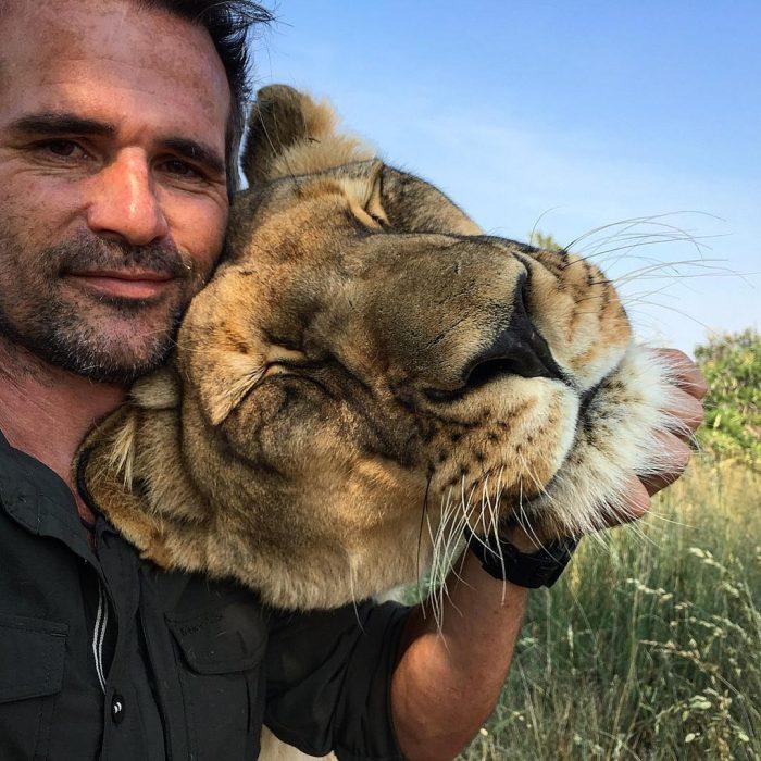 kevin abrazando a una leona