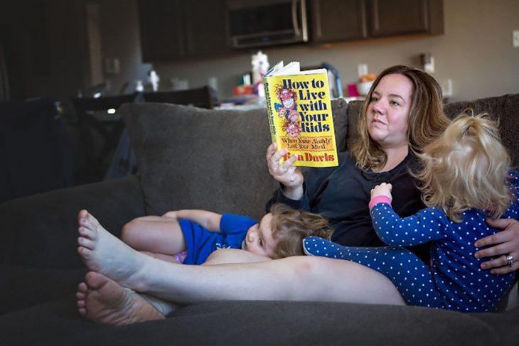mujer leyendo a sus hijos