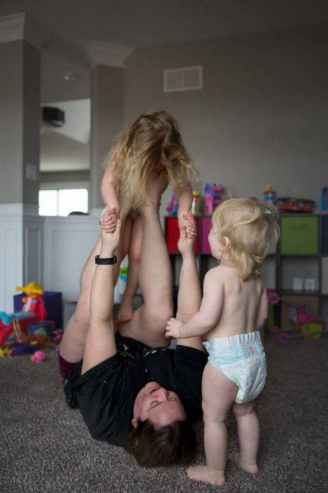 madre jugando con sus hijos