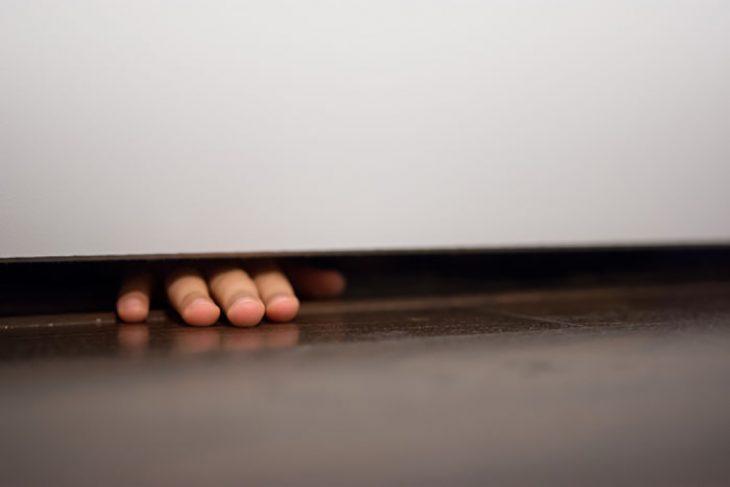dedos debajo de la puerta