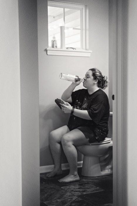 mujer encerrada en el baño
