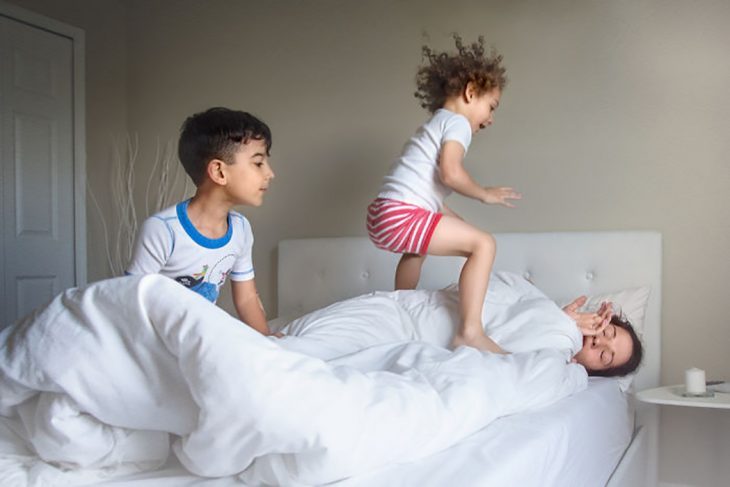 niños despertando a su mamá