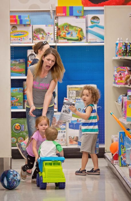 mamá e hijos en el super