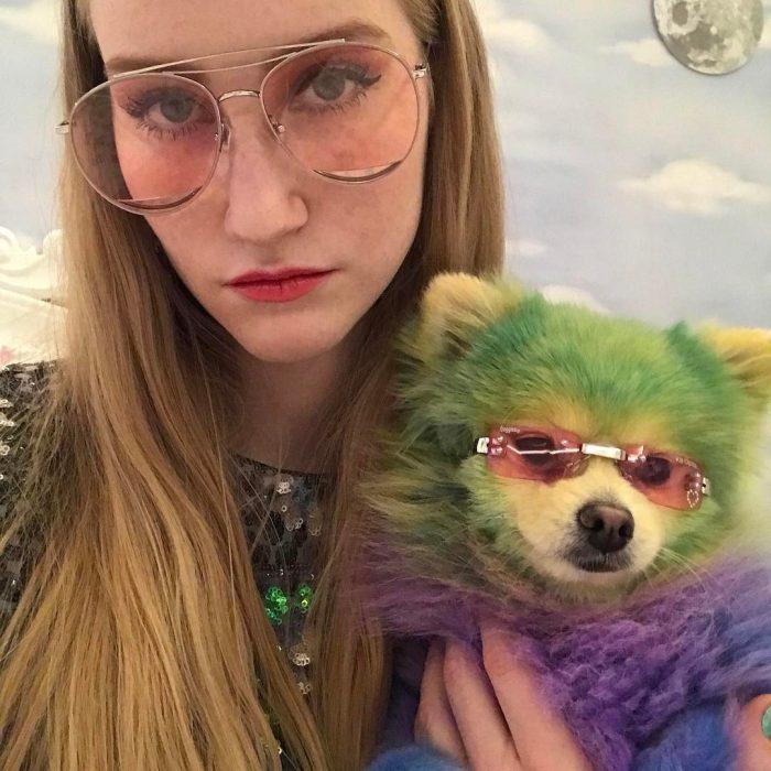 mujer con perro color verde