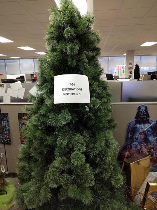 árbol navideño sin decoraciones