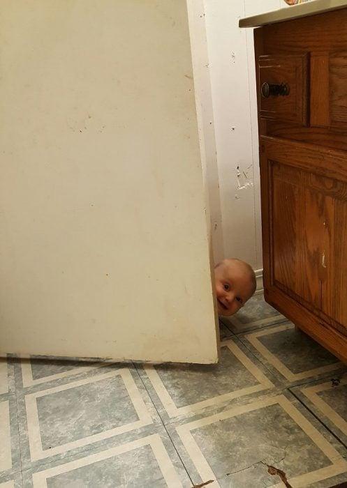 niño asomándose por la puerta