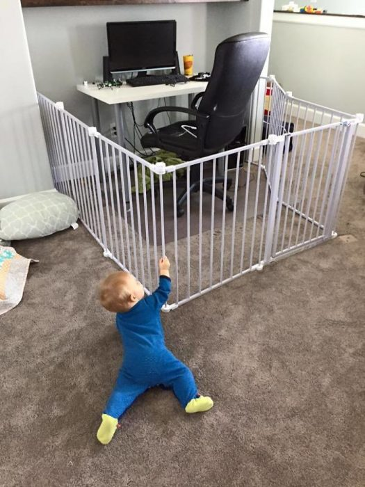 cerca para bebés alrededor de una computadora