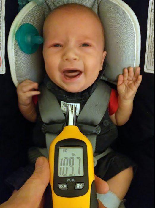 decibeles del llanto de un bebé