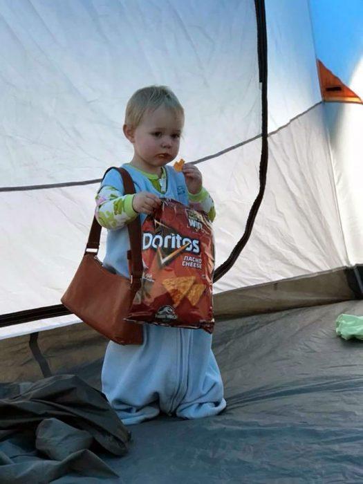 niña comiendo doritos