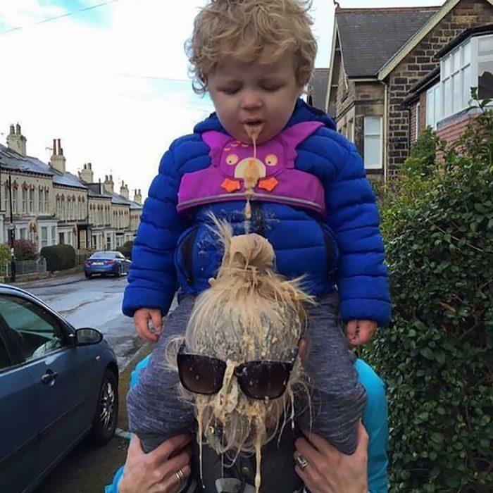 niño vomita a su mamá