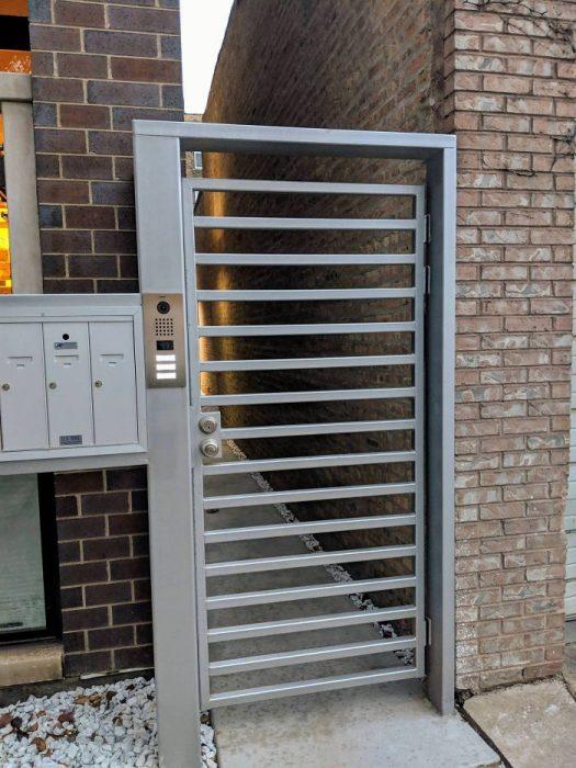 puerta de seguridad para escalar