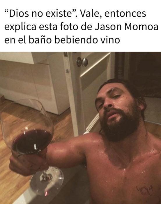 jason momoa y una copa de vino