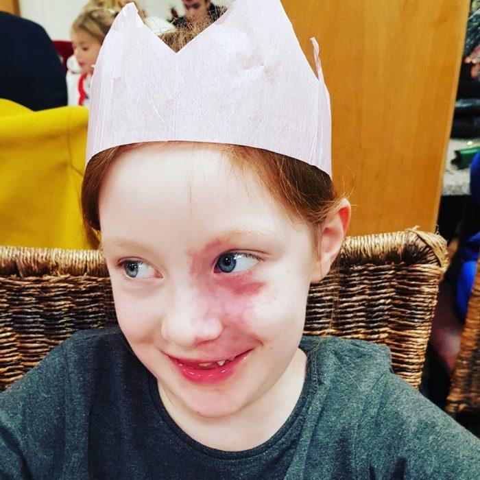 niña con corona de princesa