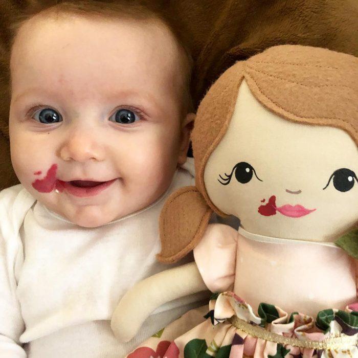 bebé y ,uñeca con marca de nacimiento