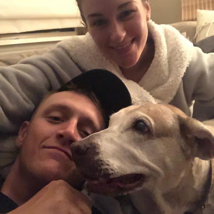 chico y chica abrazando a perro