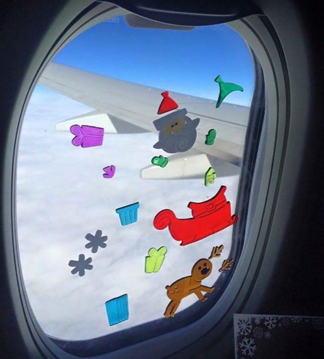 calcomanías en ventanilla de avión