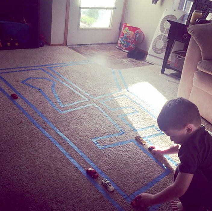 Cinta adhesiva en el piso para hacer una autopista