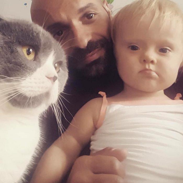 gato, niña y papá