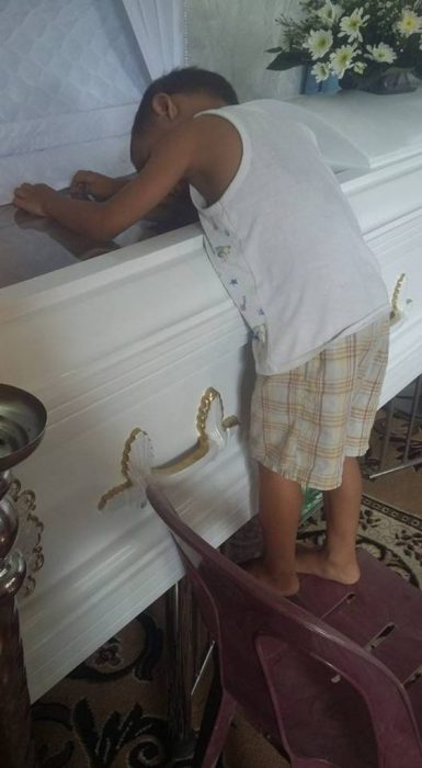 Niño 5 años abraza atud madre recreoviral