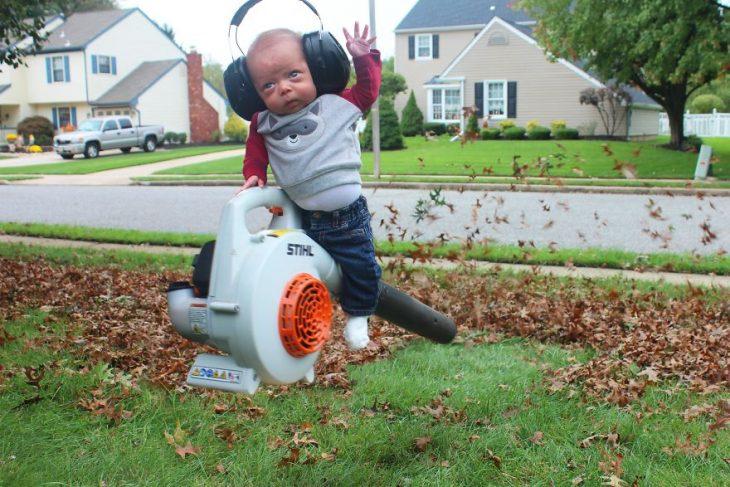 Bebé Ryan haciendo cosas de niño grande
