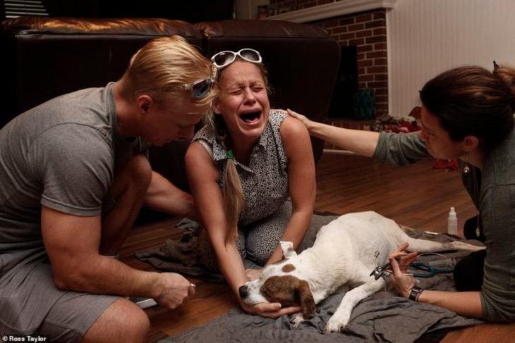 Olesya llora desesperada después de la muerte de Sam, su perro