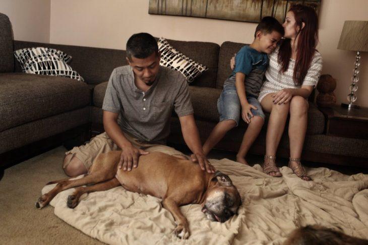 La familia Gangadyal llora después del fallecimiento de Ally, su perro
