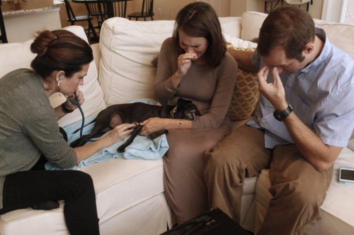 Rebeca y Drew le dicen adiós, llenos de lágrimas, a Coco