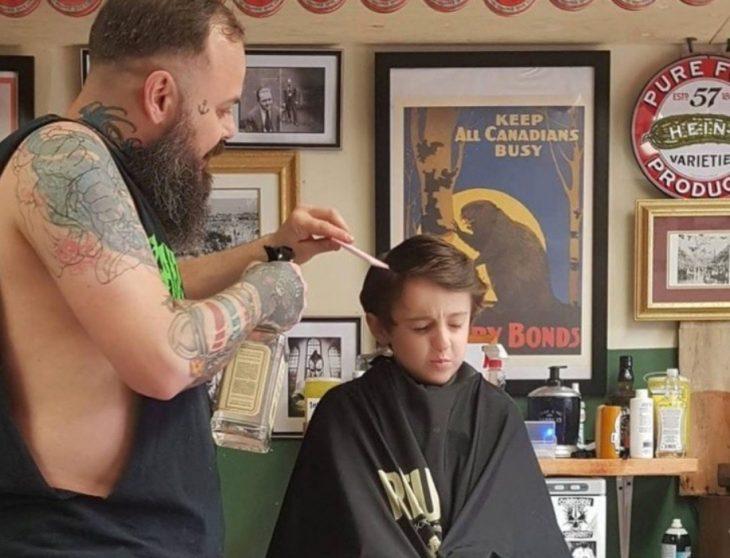 niño con autismo y barbero