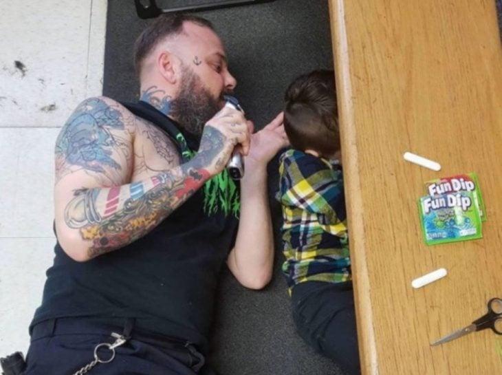 hombre cortando el cabello a un niño