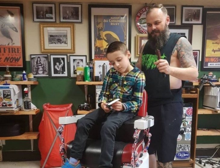 barbero y niño