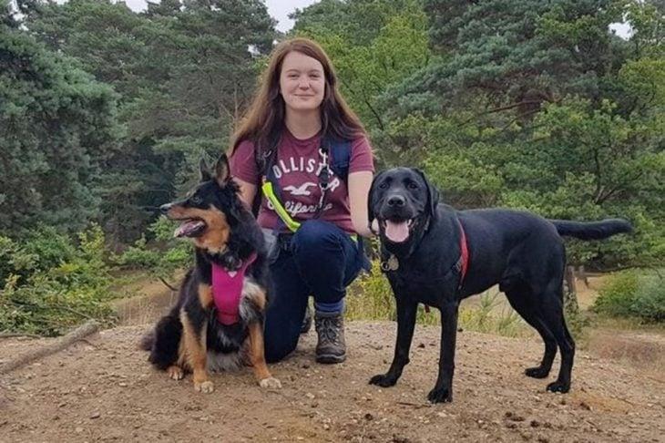 chica y dos perros