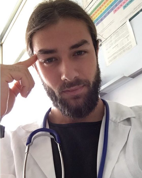 doctor de barba guapo