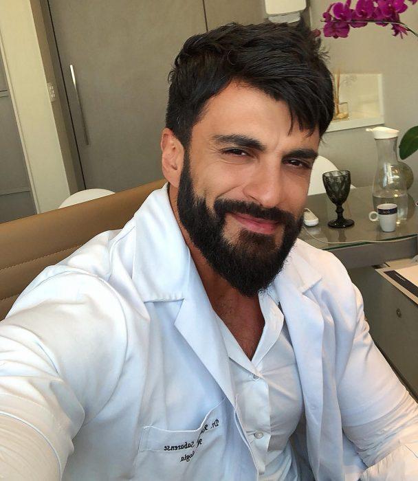 doctor fuerte con barba
