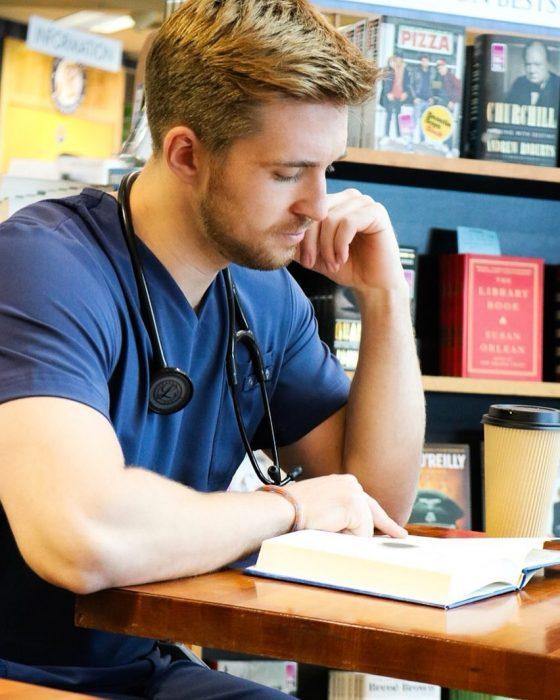 médico leyendo