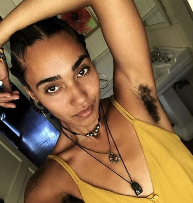 mujer sin depilar top amarillo