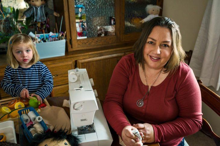 mujer niña y máquina de coser