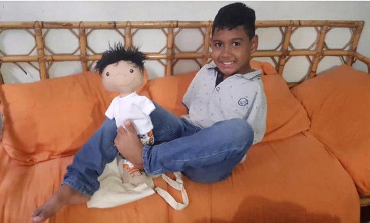 niño y muñeco sin brazos